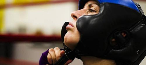Примерка боксерского шлема перед боем